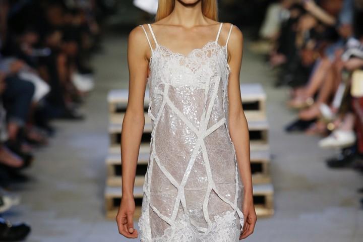 Koronkowa sukienka – elegancja z nutą romantyzmu