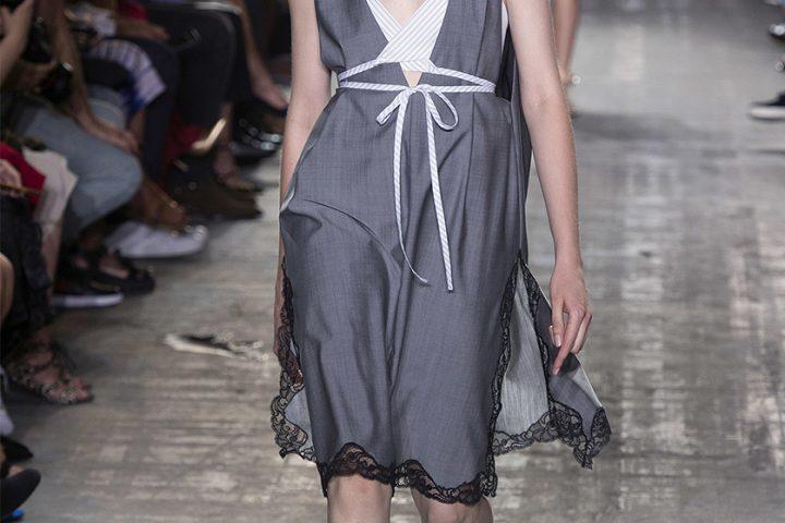 Szara sukienka – wiosenna lekkość i elegancja
