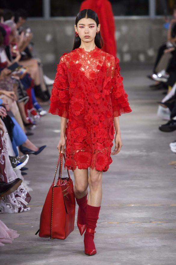 Dodatki do czerwonej sukienki – jak dobrać?