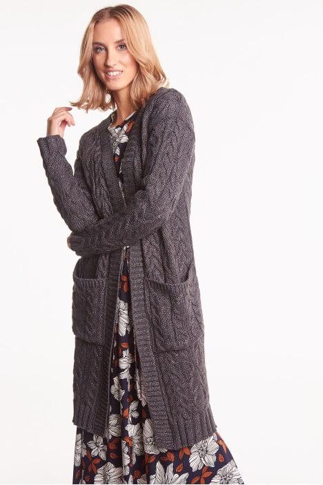Szary sweter w zimowej odsłonie