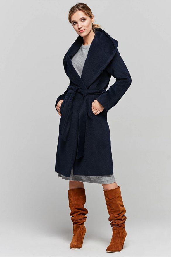 Granatowy płaszcz – alternatywa dla czerni