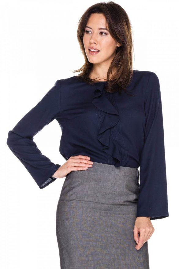 Bluzka z żabotem – modny i oryginalny model