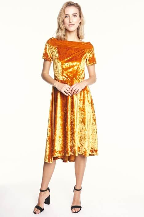 Moda lat 90. – powrót sukienki z weluru