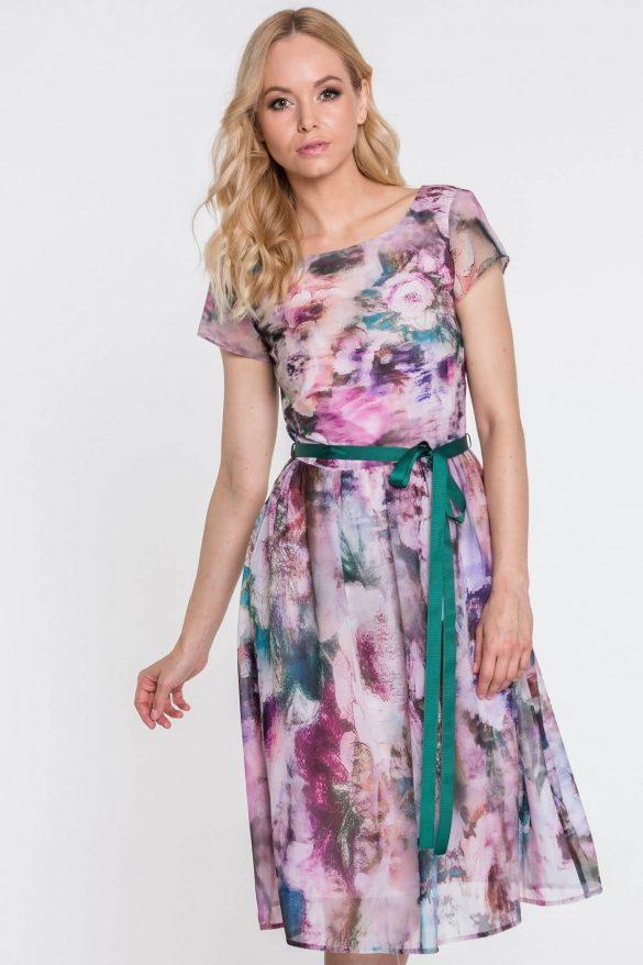 Róż – kolor idealny dla kobiet w każdym wieku. Jak go nosić, by nie wyglądać banalnie?