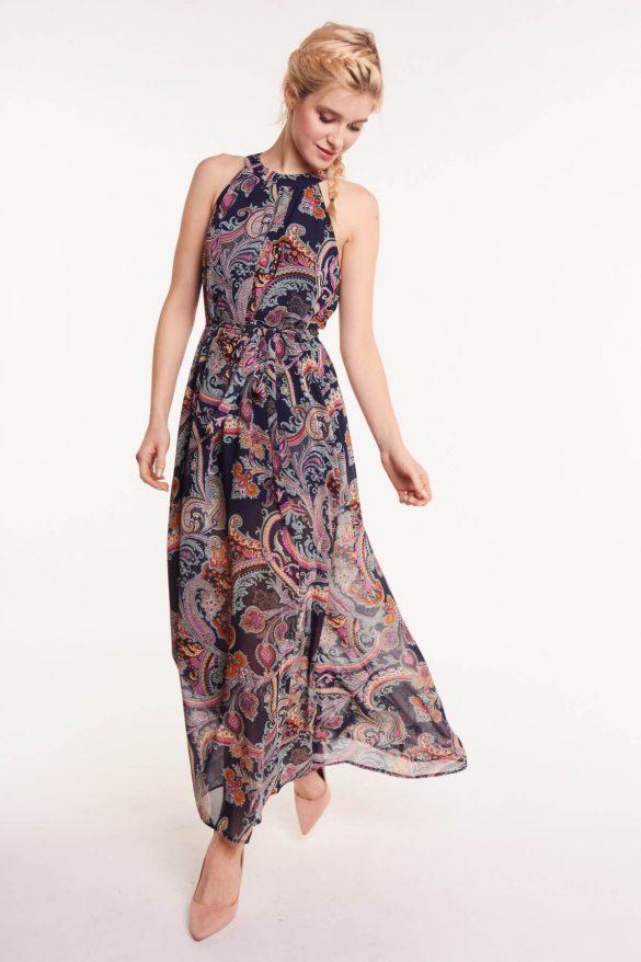 Sukienki maxi – jak je nosić?