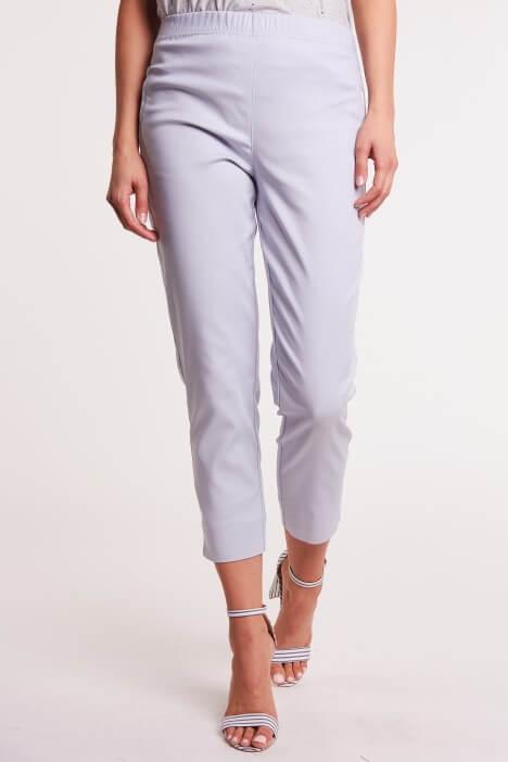 Kolorowe spodnie – sposób na ożywienie oficjalnych stylizacji