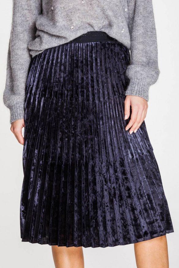 Spódnica w kratkę czy gładka – jaką wybrać na zimę?