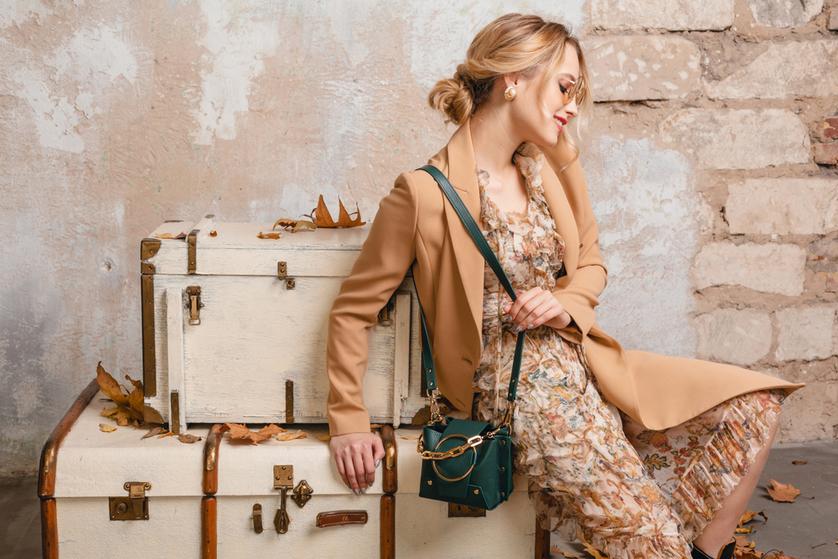 c253307b22 Nikt nie odmówi klasy i elegancji minimalistycznym zestawom. Czarna  spódnica do kolan
