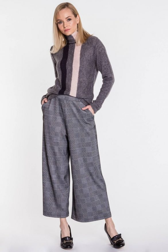 Gruby sweter damski w zimowych stylizacjach