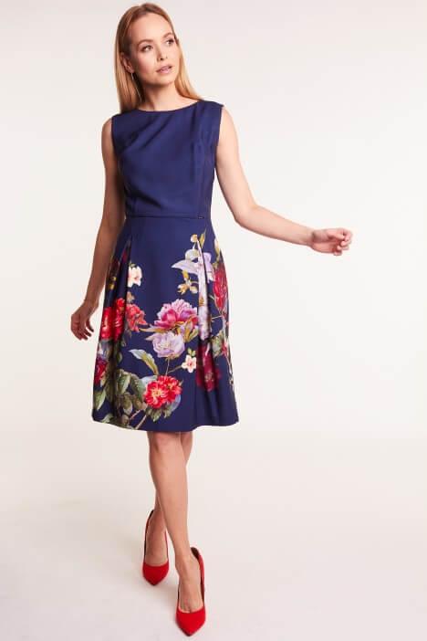 Granatowa sukienka – jakie dodatki?