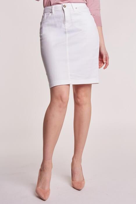 Białe sukienki, spódnice i spodnie – idealny wybór na lato