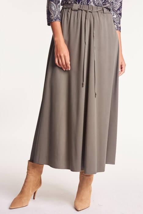 Długa sukienka lub spódnica – czy to praktyczne rozwiązanie na zimę?